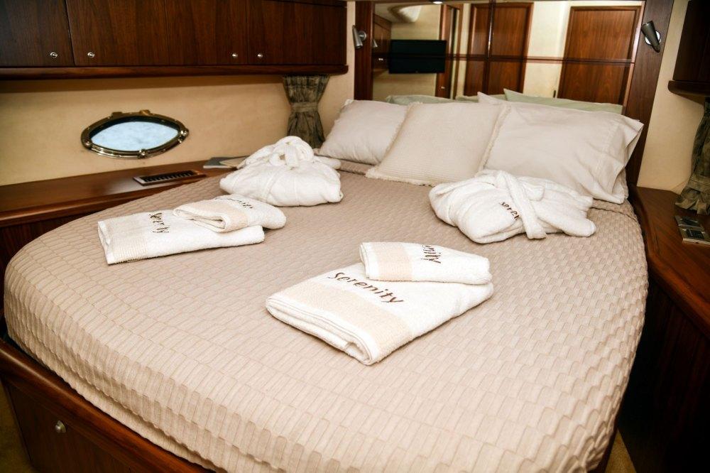Mykonosyachting-Luxuty-Private-Yacht-Charter-Serenity-Sunseeker60-Flybridge-3